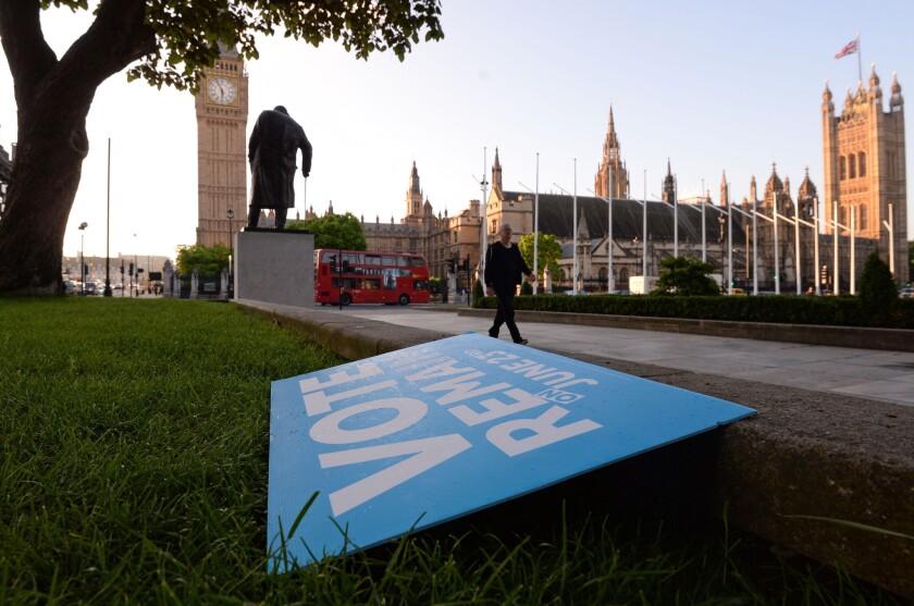 Un póster que llama a votar por permanecer en la Unión Europea tirado en un jardín frente a la plaza del Parlamento en Londres, el viernes 24 de junio de 2016. (Stefan Rousseau/PA vía AP)