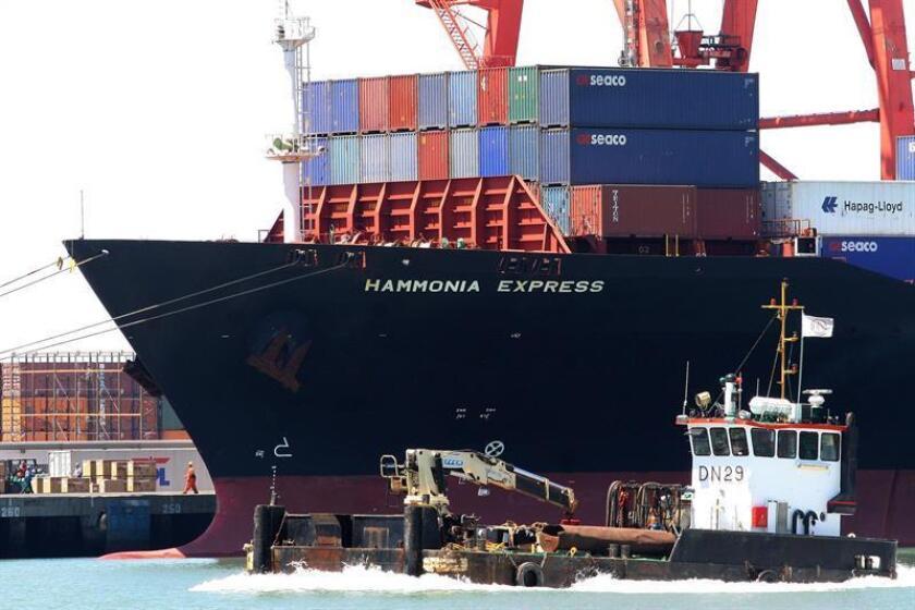 Un buque carguero navega por el puerto de Ensenada (México). EFE/Archivo