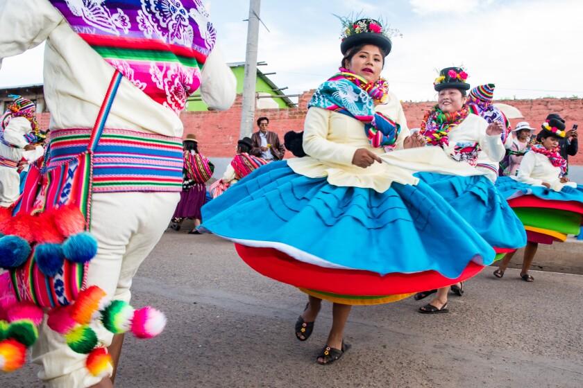 Bailarines con ropa tradicional en medio de la pandemia de COVID-19 en Cusco, Perú, el viernes 30 de octubre de 2020.