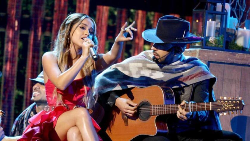 Becky G al lado de Joss Favela en otro momento del show.