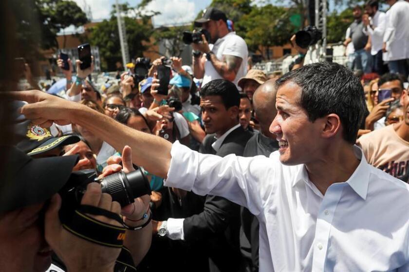 El jefe del Parlamento y presidente interino de Venezuela, Juan Guaidó (d), saluda durante un encuentro con voluntarios para trabajos de ayuda humanitaria, el miércoles 16 de febrero de 2019 en la sede del periódico El Nacional en Caracas (Venezuela). EFE/Archivo