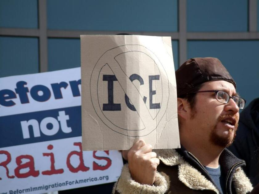 Un hombre sostiene una pancarta de rechazo al Servicio de Inmigración y Aduanas (ICE), el viernes 2 de marzo 2012, durante una vigilia protesta realizada por miembros de la Coalición de Colorado por los Derechos de los Inmigrantes (CIRC). EFE/Archivo