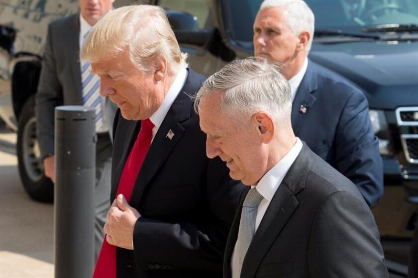 El presidente estadounidense, Donald J. Trump (i); el secretario de Defensa estadounidense, James Mattis (c). EFE/Archivo
