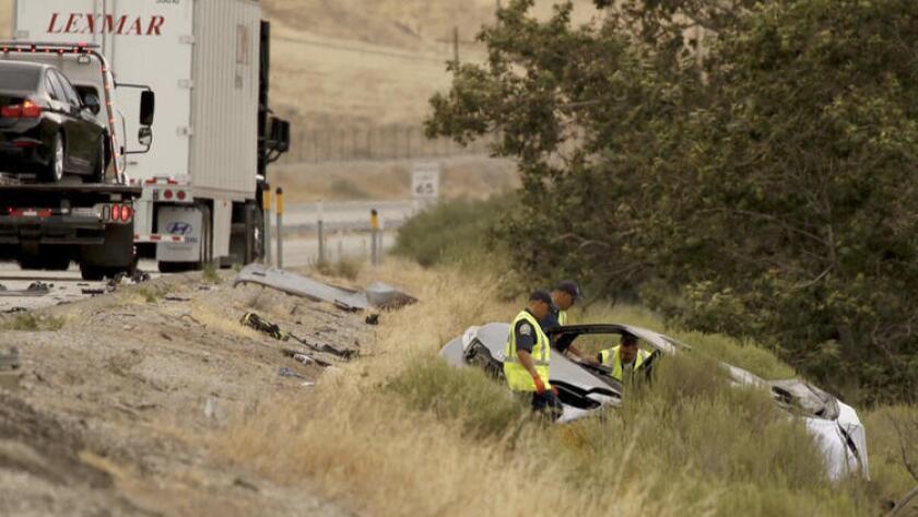 Personal de la Patrulla de Caminos investigan la escena del accidente donde seis personas perdieron la vida, incluyendo dos mujeres y cuatro menores. (Al Seib / Los Angeles Times)