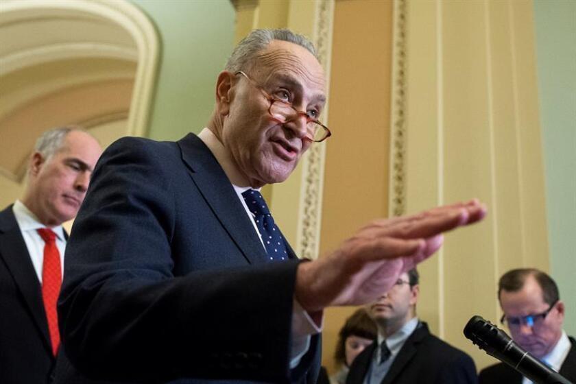 El líder demócrata de la minoría del senado Chuck Schumer (c) ofrece una conferencia de prensa en el Capitolio, en Washington (Estados Unidos). EFE/Archivo