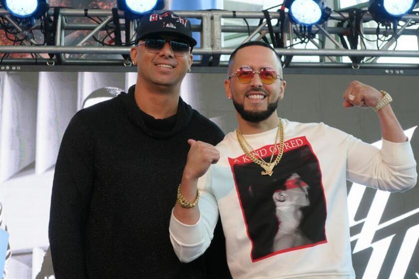 El dúo puertorriqueño de reguetón Wisin (i) y Yandel (d) hablan durante una conferencia de prensa en San Juan (Puerto Rico). EFE/Archivo