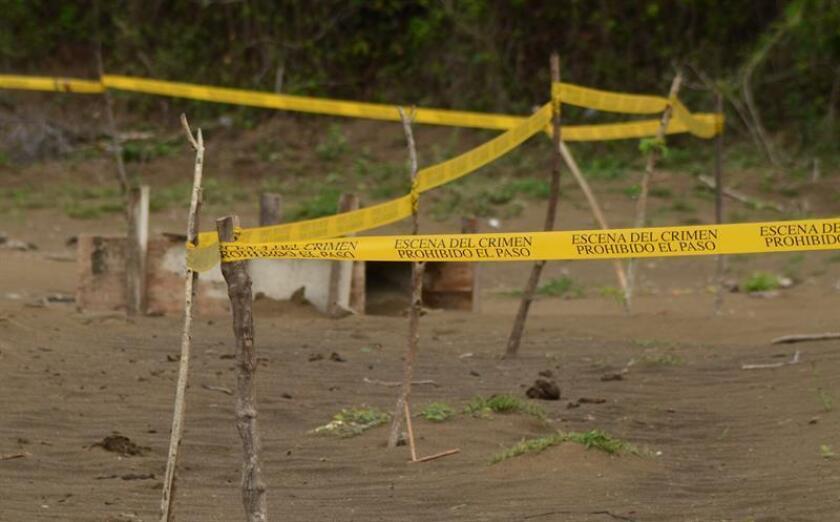 Fotografía de archivo fechada el 16 de marzo de 2017 que muestra una vista general de un entierro clandestino, en el predio de Colinas de Santa Fe, en el estado de Veracruz (México). EFE