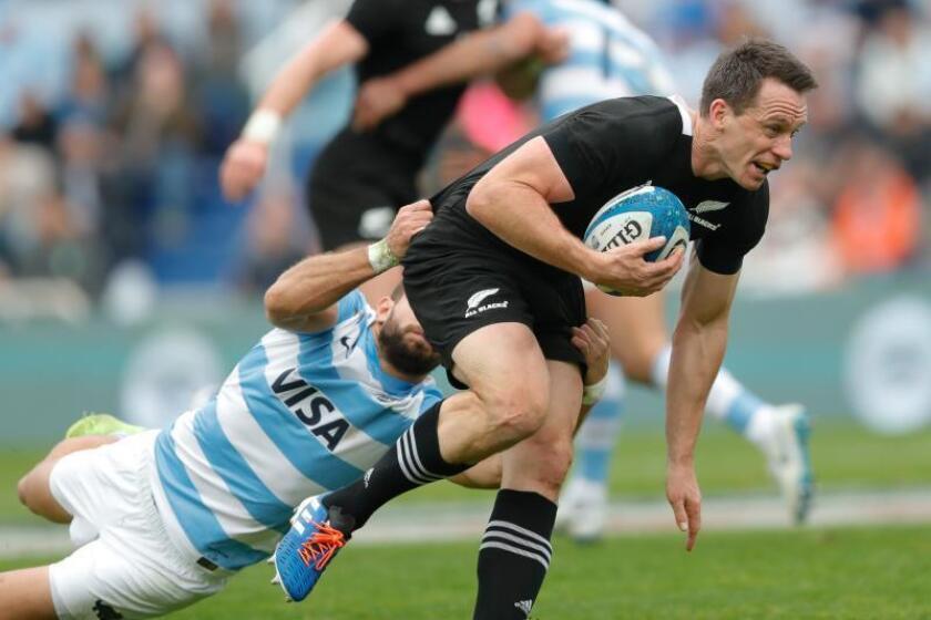 Sam Cane de All Blacks avanza este sábado en un partido de Rugby Championship 2019 en el estadio de Velez Sarfield en Buenos Aires(Argentina). EFE/Juan Ignacio Roncoroni