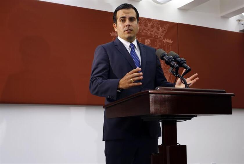"""El gobernador de Puerto Rico contestó hoy a la misiva que le fue remitida esta semana por la Junta de Supervisión Fiscal a la que asegura que coinciden en ciertos puntos de vista básicos sobre la situación fiscal, pero también mantiene con ella """"claras diferencias en cómo abordar y el pronóstico"""" expresados en su misiva. EFE/ARCHIVO"""
