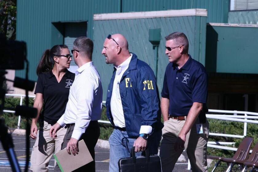 Policías estatales y miembros del FBI investigan tras un tiroteo el jueves 1 de octubre de 2015, en el centro de estudios superiores Umpqua Community College, de Roseburg, en el estado de Oregón (EE.UU.). EFE/Archivo
