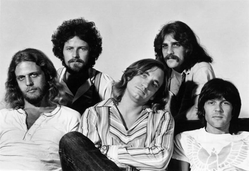 """La banda californiana de rock Eagles publicará el próximo 2 de noviembre """"Legacy"""", una caja para coleccionistas que recoge todos los discos de su exitosa trayectoria, informó hoy el grupo en su página web. EFE/ARCHIVO"""