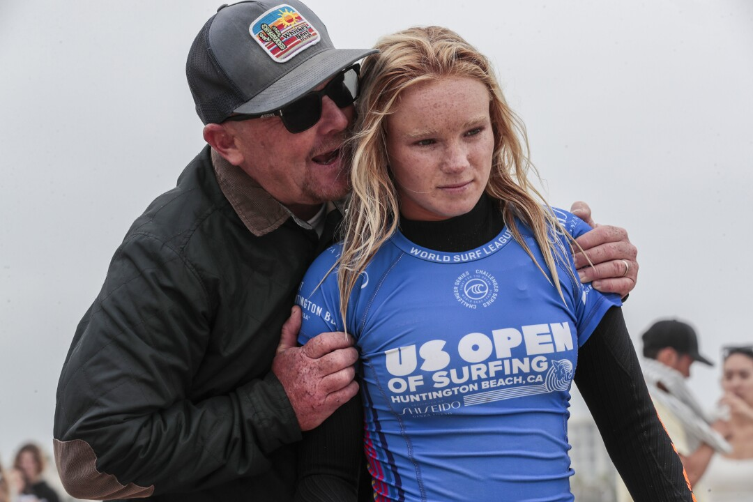 Le père de Caitlyn Simmers, Jessie, lui parle quelques instants avant de surfer en finale de l'US Open of Surfing