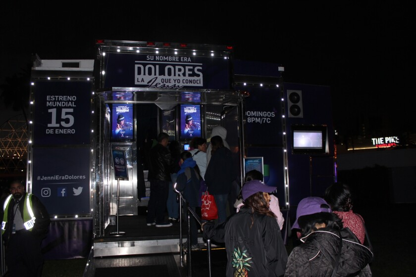 """Los fans de Jenni Rivera en Long Beach entran a la cabina especial en la que se transmitió el primer episodio de la esperada serie de TV """"Su nombre era Dolores""""."""