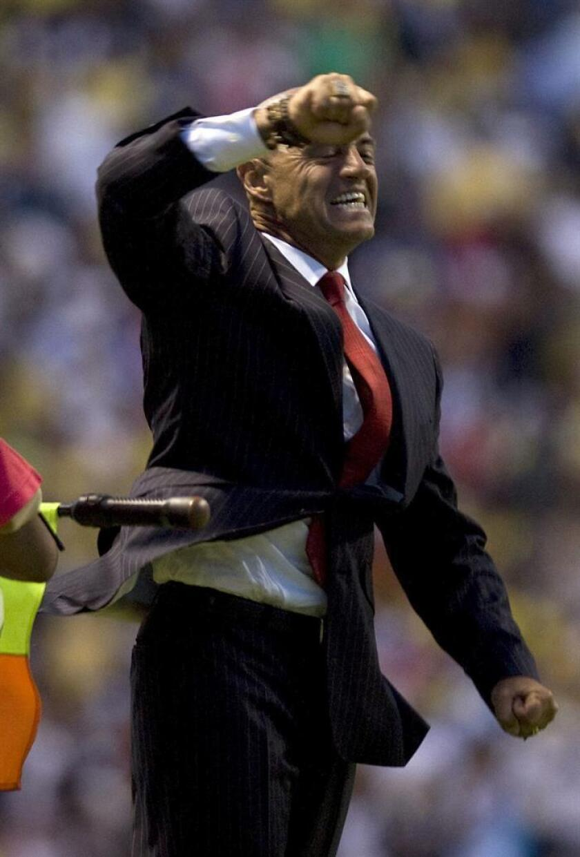 El técnico del Puebla, Jose Luis Sanchez Sola, celebra luego de que su equipo venciera al América el domingo 28 de marzo de 2010, durante el juego correspondiente a la jornada 12 del Torneo Bicentenario 2010, celebrado en el Estadio Cuauhtemoc de Puebla (México). EFE/Archivo