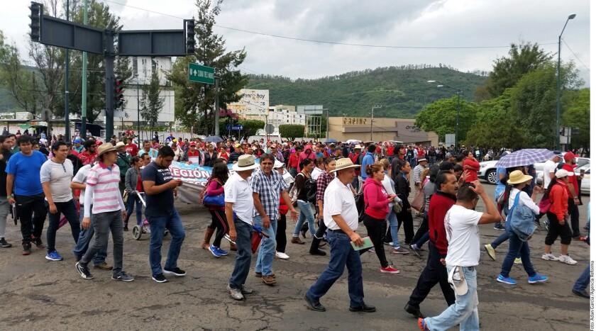 Cientos de maestros disidentes marchan esta mañana en Morelia en rechazo a la reforma educativa y a los hechos de violencia que dejaron ocho muertos en Nochixtlán.