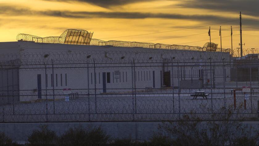 Internos en el centro de detención de inmigrantes en Adelanto, California, han iniciado una huelga de hambre para protestar por las condiciones del lugar.