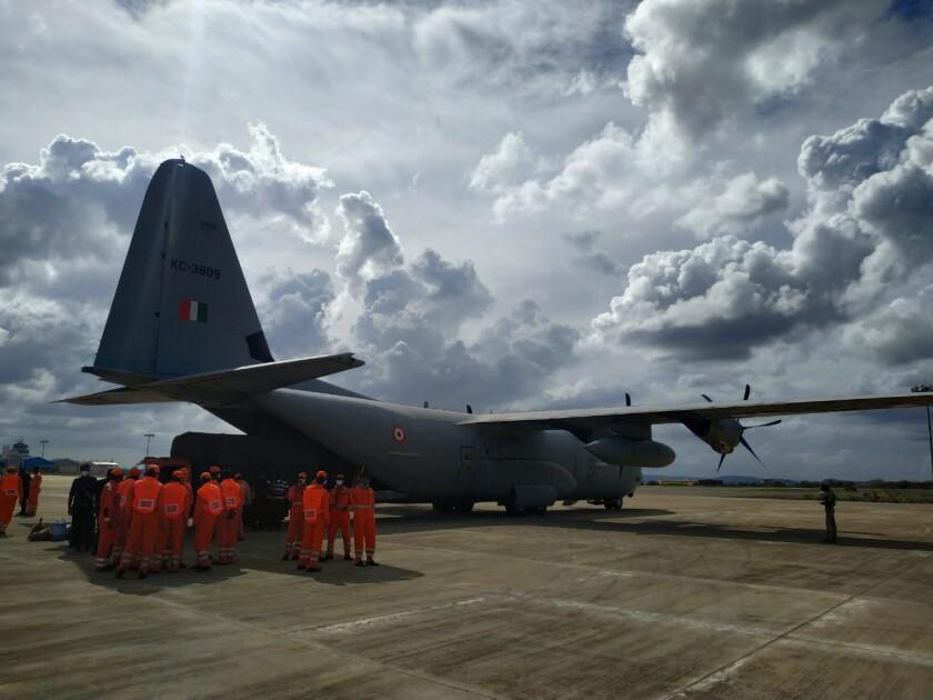 un avión de la Fuerza Aérea se prepara para llevar personal y materiales de emergencias