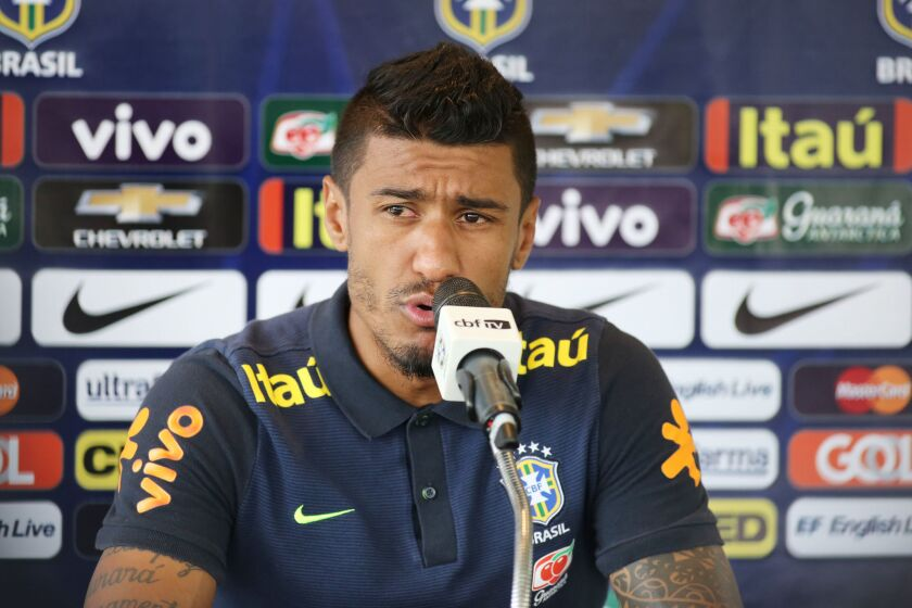 El jugador Paulinho de la selección brasileña de fútbol participa en una conferencia de prensa del equipo.