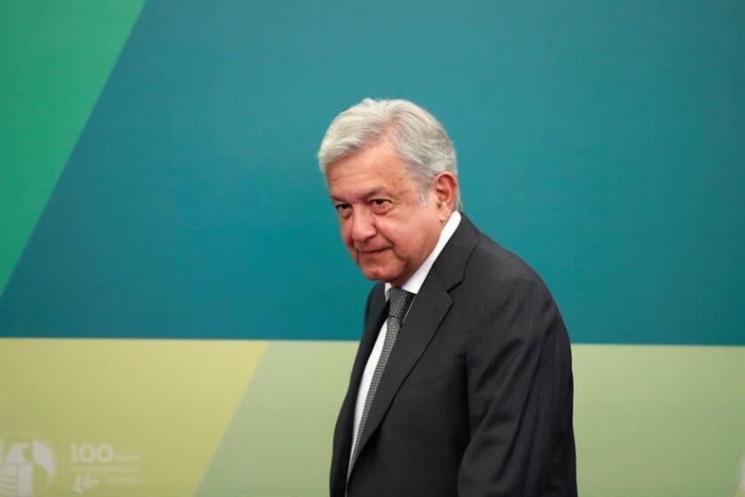 El futuro presidente de México, Andrés Manuel López Obrador, dijo hoy que el próximo mes concretará dónde se construirá una nueva refinería en el país, así como la modernización de las seis ya existentes. EFE/Archivo