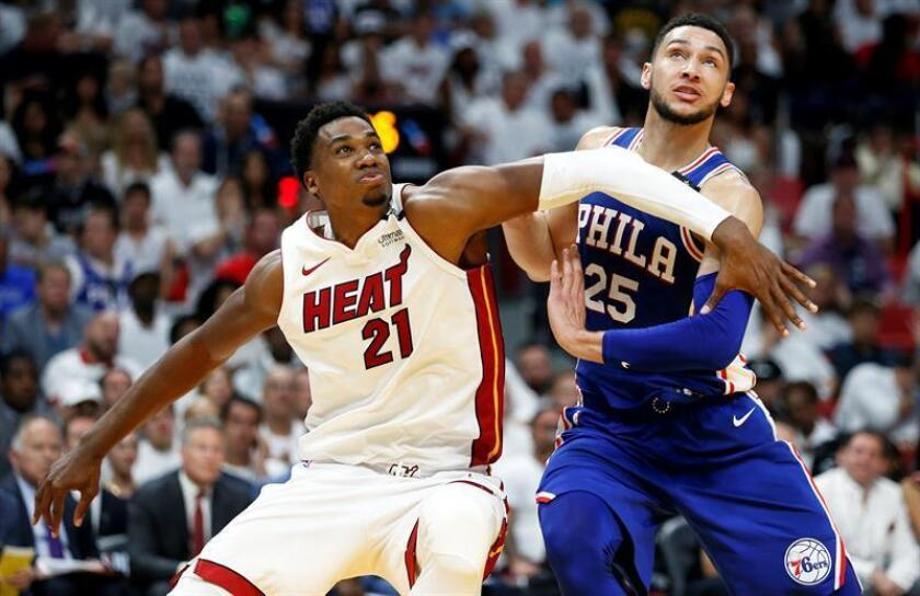Hassan Whiteside (i) de los Heat de Miami. EFE/Archivo