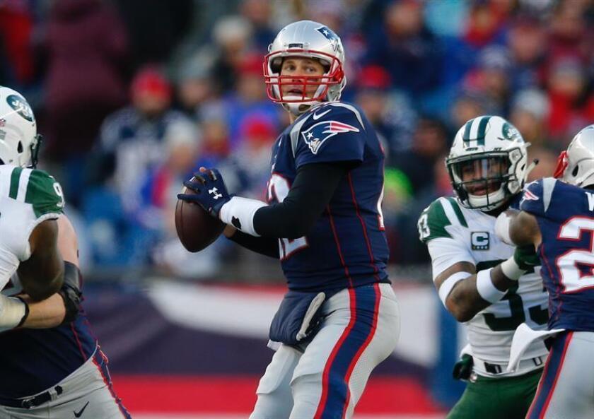 El mariscal de campo de los Patriots de Nueva Inglaterra, Tom Brady (c), en acción durante el encuentro entre los Patriots de Nueva Inglaterra y los Jets de Nueva York en el Gillette Stadium en Foxborough, Massachusetts (EE.UU.), hoy, 30 de diciembre de 2018. EFE