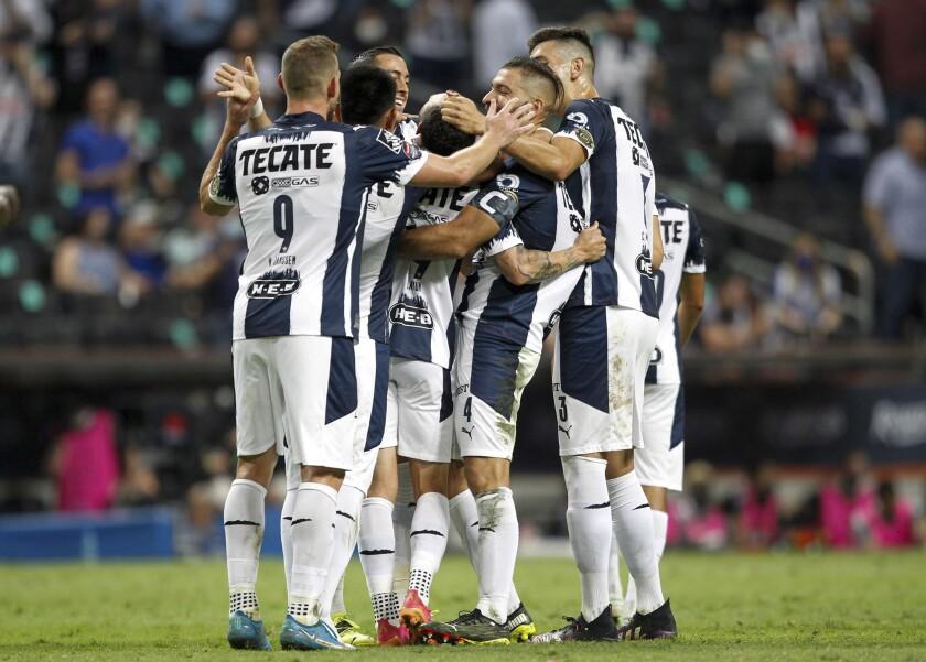 Miguel Layún (centro), del Monterrey de México, es felicitado por sus compañeros