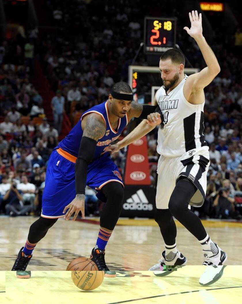 Carmelo Anthony (i), de los New York Knicks, avanza junto a Josh McRoberts (d), de Miami Heat, durante el partido. EFE