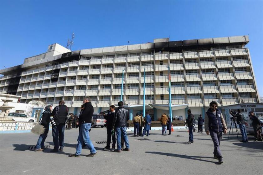 Periodistas permanecen a la entrada del hotel Intercontinental de Kabul, en Afganistán, hoy, 23 de enero de 2018. Alrededor de una veintena de personas, catorce de ellas extranjeras, murieron el pasado domingo en el asalto llevado a cabo por un comando talibán al Hotel Intercontinental de la capital afganal, que fue liberado por las fuerzas de seguridad afganas tras más de doce horas de combates. EFE