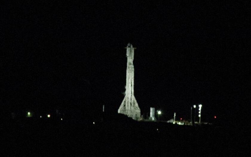 Vista del satélite español Paz de observación de la Tierra, un dispositivo diseñado para fines militares y civiles, momentos antes de despegar, el jueves 22 de febrero de 2018, a bordo de un cohete Falcon 9 de la compañía SpaceX desde la base aérea de Vandenberg, California (EE.UU.). EFE/Armando Arorizo/Archivo