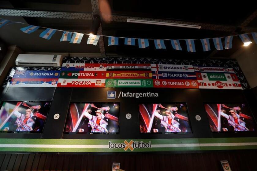 """Vista de varias pantallas de televisión donde se emiten partidos de fútbol en el bar """"Locos x el fútbol"""" del barrio de la Recoleta, en Buenos Aires (Argentina). EFE"""