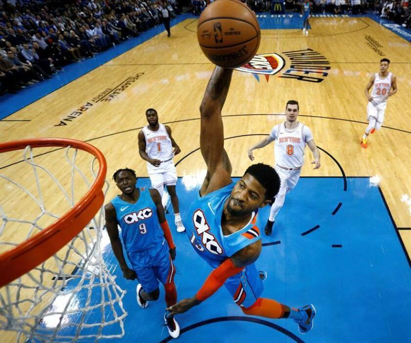 El alero de los Oklahoma City Thunder, Paul George, va a la cesta contra los Knicks de Nueva York, durante un partido de baloncesto de la NBA hoy en el Energy Arena de Oklahoma City, Oklahoma (EE.UU.). EFE