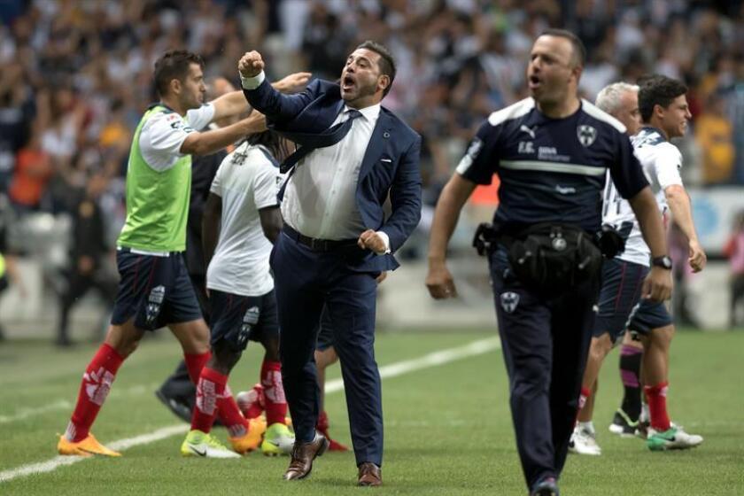 El entrenador de Rayados de Monterrey Antonio Mohamed (c) celebra una victoria de su equipo en el estadio BBVA de la ciudad de Monterrey (México). EFE/Archivo