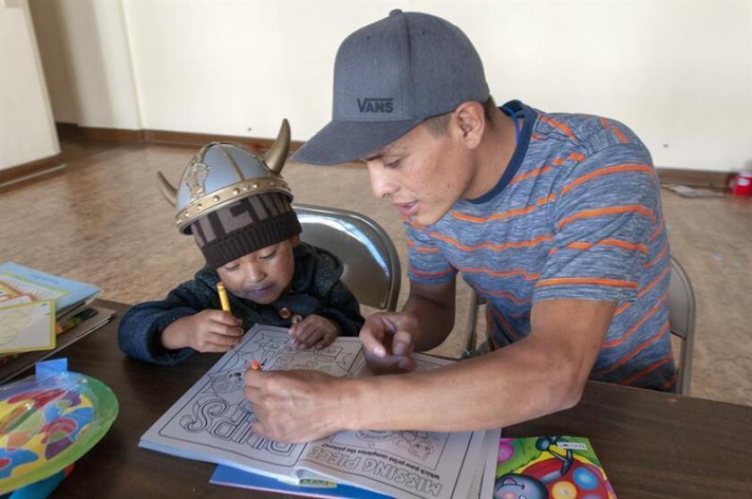El guatemalteco Eliasar Ramírez Carrillo, de 24 años, ayuda a pintar a su hijo Brian, de 4 años, el pasado miércoles, 30 de enero de 2018, en el interior del Monasterio Benedictino de la ciudad de Tucson en Arizona (EE.UU.). EFE