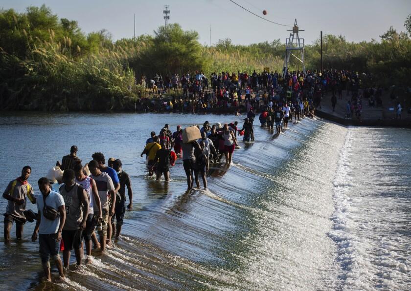 Migrantes haitianos que aguardan en Del Rio y en Ciudad Acuña para poder ingresar a Estados Unidos