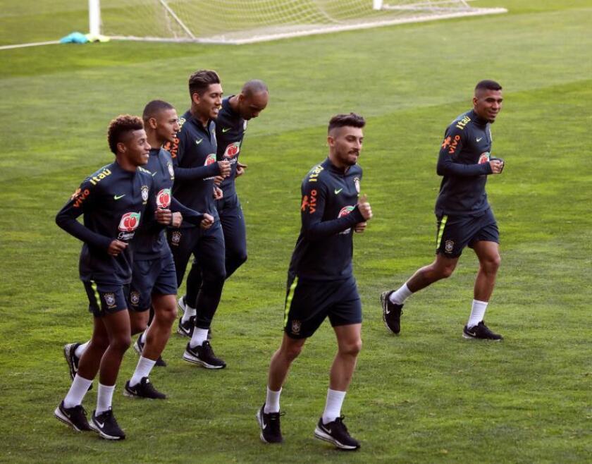 El jugador del Ajax David Neres (i), y el futbolista del Oporto Alex Telles (c), dos de los jugadores novatos que por primera vez han ido convocados con Brasil, haciendo carrera continua durante uno de los entrenamientos de esta semana en Oporto. EFE