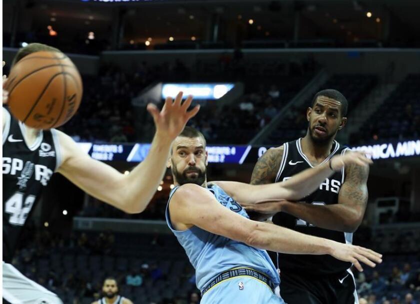Marc Gasol (i) de los Grizzlies en acción ante LaMarcus Aldridge (d) de los Spurs, durante un partido de baloncesto de la NBA. EFE/Archivo
