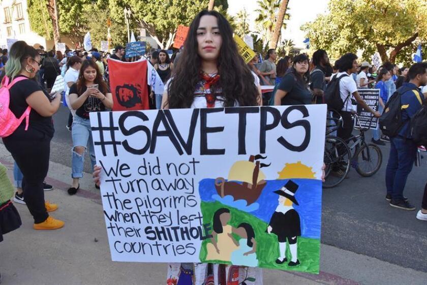 Claudia Treminio, de raíces salvadoreñas, posa con un cartel durante la marcha por la residencia permanente para beneficiados con TPS. EFE/Archivo