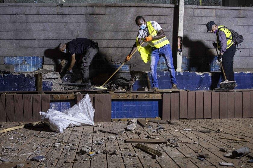Policías israelíes inspeccionando los daños en un lugar alcanzado por un cohete