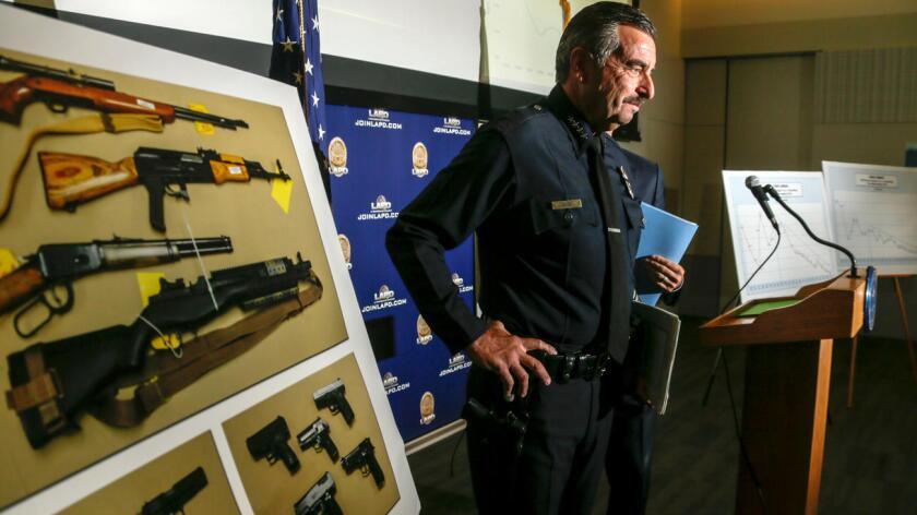 El jefe del LAPD, Charlie Beck, al término de la conferencia de prensa realizada el viernes pasado, para discutir los índices de delitos en L.A. en la primera mitad de 2016 (Irfan Khan/Los Angeles Times).
