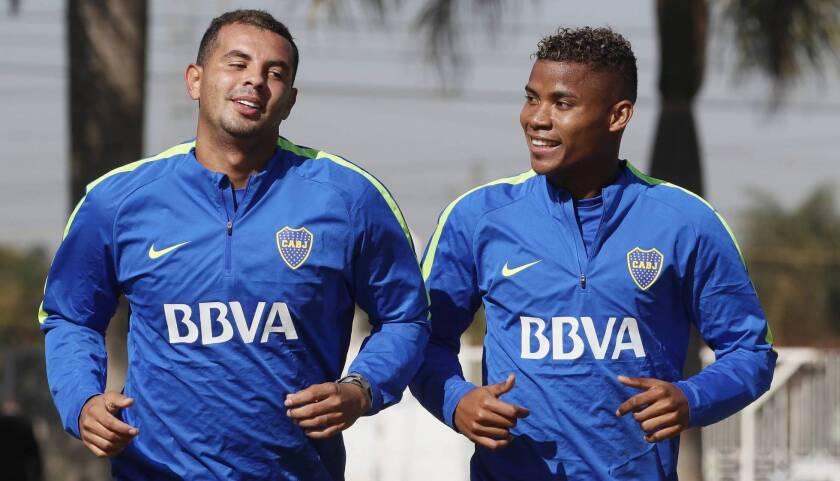 Los futbolistas colombianos Edwin Cardona (i) y Wilmar Barrios, en el centro de la polémica. Boca Juniors los separó del equipo.