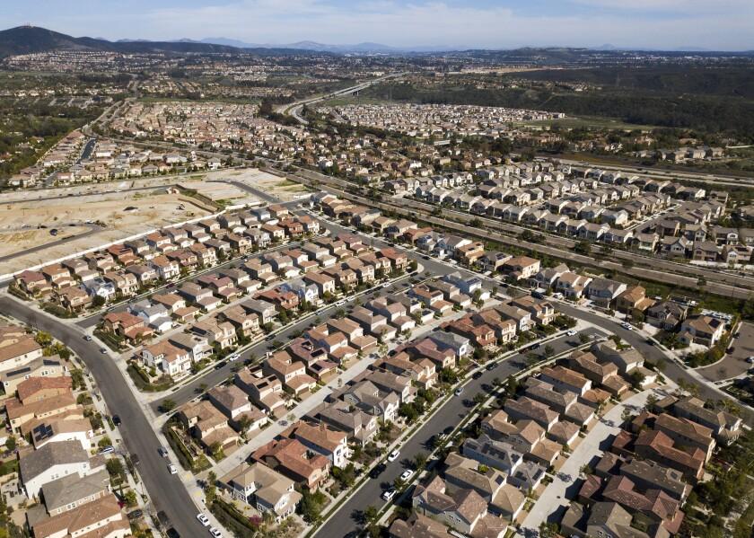 Las casas se alinean en el corredor de Carmel Valley Road en San Diego en marzo