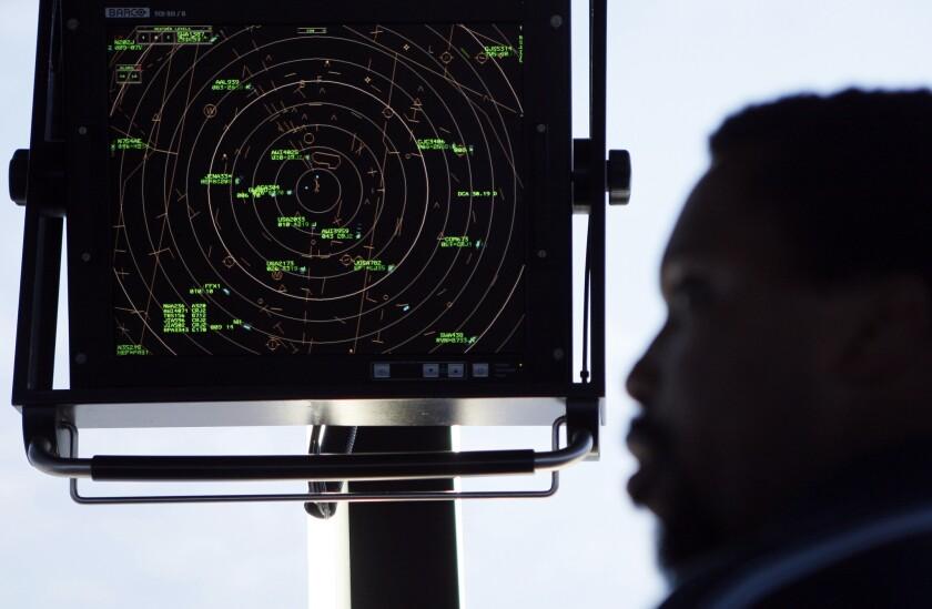 En esta imagen, un controlador aéreo revisa una pantalla de radar en la torre de control del Aeropuerto Nacional Reagan de Washington. Un legislador lanzó una iniciativa para quitar al gobierno el control de ese sistema y transferirlo a una corporación sin fines de lucro dirigida por las aerolíneas, los aeropuertos, los sindicatos laborales, operadores comerciales de aviación y pilotos privados, entre otros. (AP Foto/Charles Dharapak, Archivo)