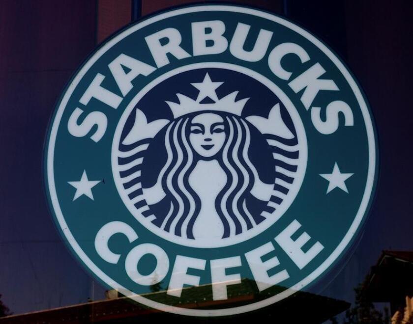 Vista del cartel un establecimiento de la cadena Starbucks. EFE/Archivo