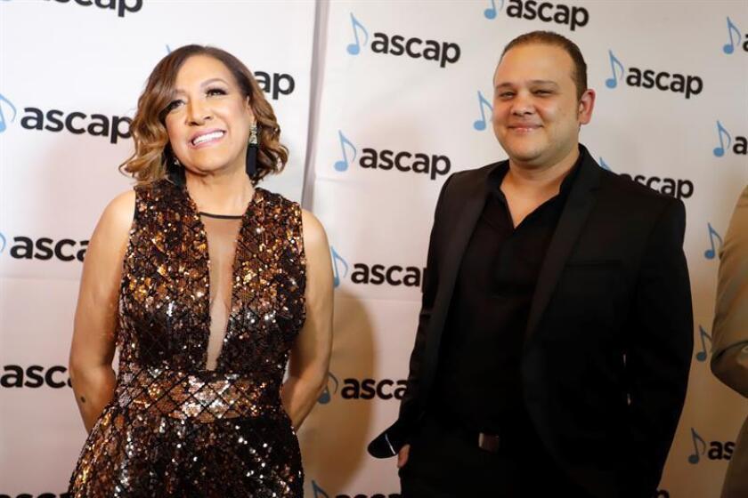 La merenguera dominicana MillyQuezada (izq) y su productor Antonio González (dcha) posan este martes en la alfombra roja de la XXVII edición de los Premios ASCAP de la Música Latina, en San Juan (Puerto Rico). EFE