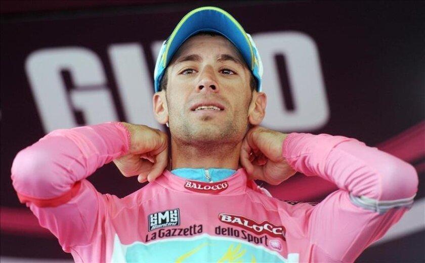 El ciclista italiano Vincenzo Nibali ataviado con el maillot rosa. EFE/Archivo