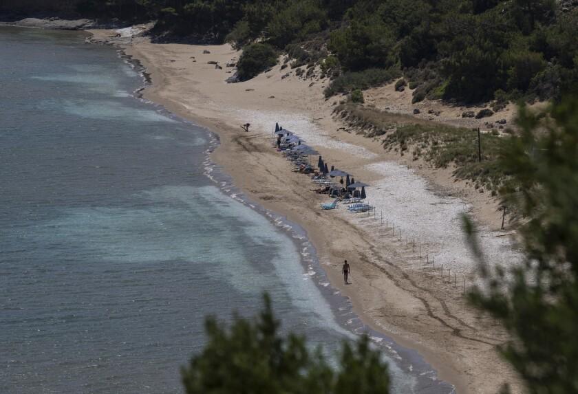 Playa de Marathokampos, en la isla griega de Samos, en foto del 9 de junio del 2021. A esta playa llegaron tres decenas de migrantes, la mayoría de las cuales fueron enviados de regreso a Turquía sin tener la oportundiad de hablar con las autoridades inmigratorias. Una mujer palestina y sus tres hijos, no obstante, lograron burlar a las autoridades y solicitar asilo, el cual les fue concedido. (AP Photo/Petros Giannakouris)