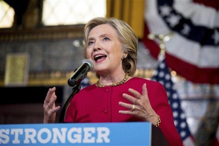 La candidata demócrata a la Casa Blanca, Hillary Clinton, aventaja en seis puntos a su rival republicano, Donald Trump, en una nueva encuesta electoral publicada hoy a poco más de un mes de las elecciones.