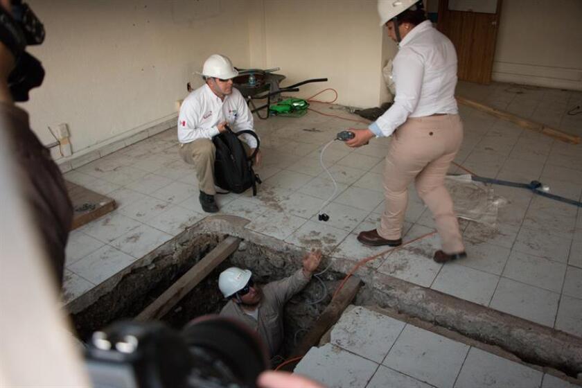 Expertos de Petróleos Mexicanos (Pemex) inspeccionan las tomas clandestinas de hidrocarburos halladas dentro de un bodega de químicos, el martes 30 de enero de 2019 en Ciudad de México (México). EFE/Archivo