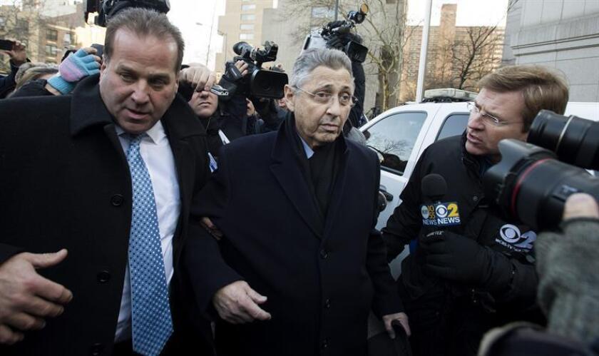 El expresidente de la Asamblea estatal de Nueva York, Sheldon Silver (c), que durante más de dos décadas fue uno de los políticos más poderosos del estado, fue condenado hoy a cumplir siete años de prisión, luego de que un jurado, en un segundo juicio, le declarara culpable nuevamente de corrupción. EFE/ARCHIVO