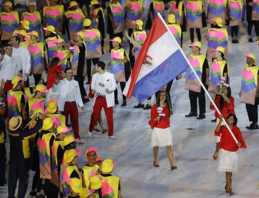 La golfista Julieta Granada porta la bandera de Paraguay en la ceremonia inaugural de los Juegos Olímpicos Río 2016. EFE/Archivo